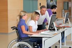 etudiantes-en-fauteuil-roulant-avec-enseignant_177589.79